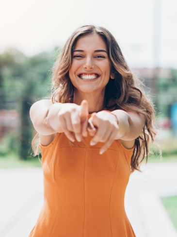 Χαμογελαστή γυναίκα μετά το επιτυχημένο αδυνάτισμα με μηχανήματα στα Medi B in Beauty