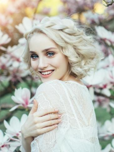 Γυναίκα με ανανεωμένη επιδερμίδα μετά την θεραπεία απολέπισης προσώπου στα Medi B in Beauty