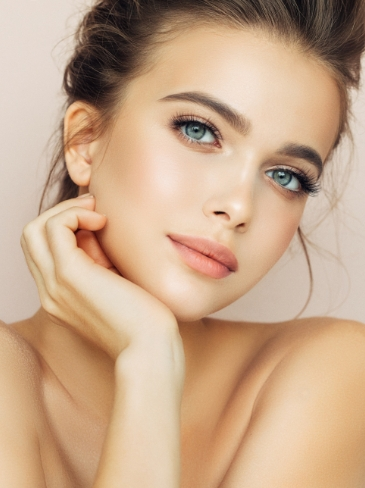 Γυναίκα ποζάρει έχοντας ολοκληρώσει μία από τις θεραπείες θρέψης προσώπου στα Medi B in Beauty