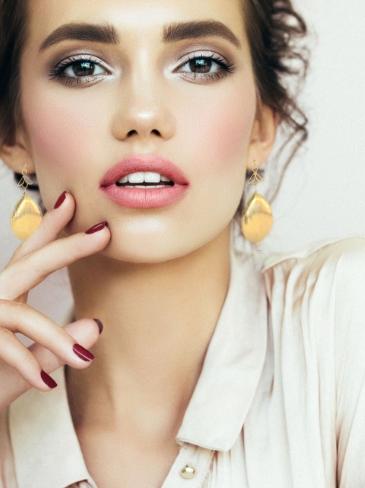 Γυναίκα που έχει επιλέξει να κάνει υπέρηχο προσώπου στα κέντρα αισθητικής Medi B in Beauty